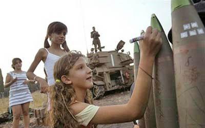 Израильские дети подписывают ракеты, которые убьют их палестинских сверстников.
